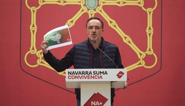 José Javier Esparza durante el acto político de campaña en el Monumento a los Fueros en Pamplona.