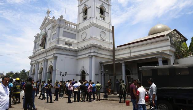 Varios fieles en el exterior de la iglesia de San Antonio