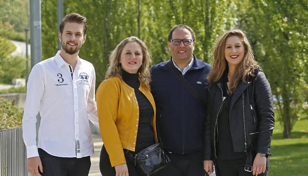 De izda a dcha: Bruno Jiménez (18 años), Lilian Jiménez (46), Bruno Jiménez (45) y Lorena Jiménez (22), ayer, en un parque de Pamplona.