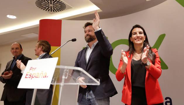 La candidata de Vox a la Presidencia de la Comunidad de Madrid, Rocío Monasterio (d), y el vicesecretario de Relaciones Internacionales, Iván Espinosa de los Monteros, participan en el mitin central de la formación en Navarra.