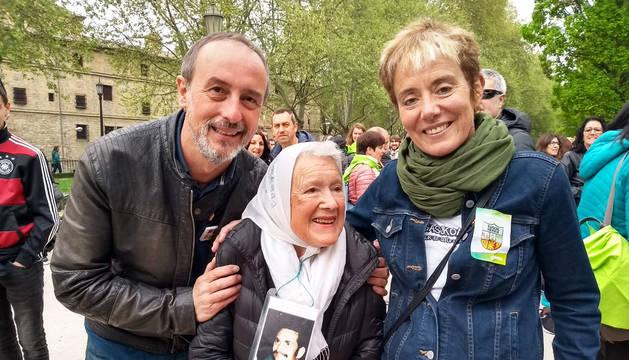 Arturo Goldaracena (izda.) y Bel Pozueta (dcha.) junto a una de las Madres de la Plaza de Mayo durante el Aberri Eguna en Pamplona.