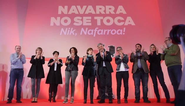 Uxue Barkos y Koldo Martínez, en el centro, aplauden tras finalizar el acto central de la campaña de Geroa Bai en Pamplona.