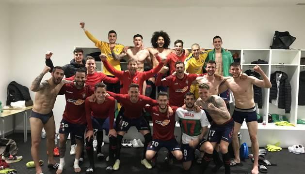 Celebración de la victoria de Osasuna en el vestuario del estadio del Elche.