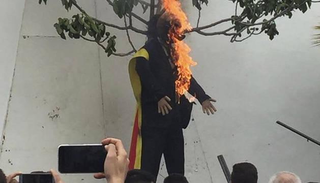Un momento en el que el muñeco que representa a Carles Puigdemont es quemado en