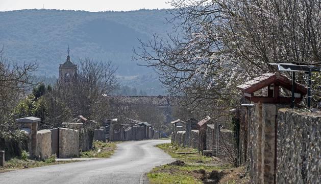 El perfil del casco urbano de Zúñiga, desde la zona de huertas en el camino de Gastiáin.
