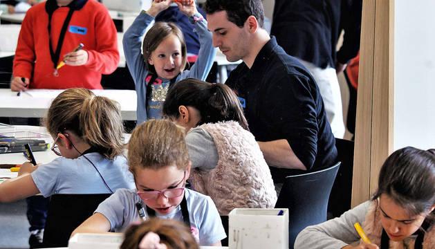 Los menores, de entre 4 y 13 años, disfrutan esta semana de un campamento artístico de Semana Santa en el Museo de la Universidad de Navarra.