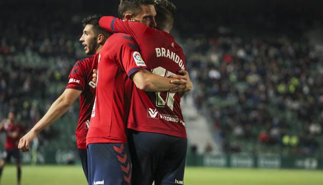 Roberto Torres, autor del gol decisivo para la victoria de Osasuna en Elche, se abrazó con Brandon tras el término del encuentro.