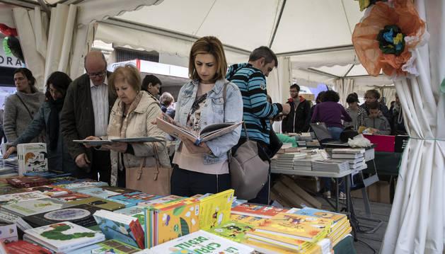 El público que visitó las carpas de los libreros en la avenida Carlos III de Pamplona volvió a ser familiar y fue abundante por la mañana.