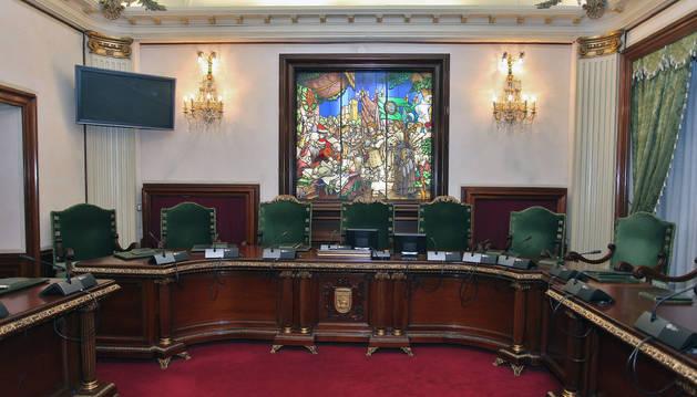 Imagen de la presidencia del salón de plenos del Ayuntamiento de Pamplona.