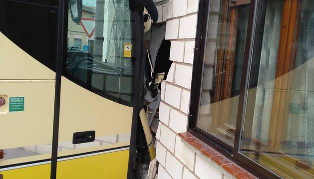 El autobús se encontraba aparcado y avanzó diez metros por un fallo en el freno hasta empotrarse contra una vivienda, causando un boquete en la fachada. El vehículo, tal y como se ve en la imagen de la izquierda, sufrió daños en su parte delantera.