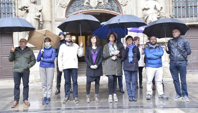 Protesta de los grupos municipales, excepto UPN, ante el Ayuntamiento de Pamplona.