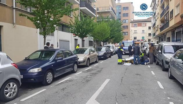 foto de La mujer atropellada fue trasladada en ambulancia tras el accidente