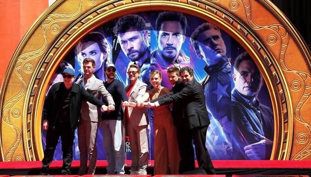 foto de El elenco de la película 'Avengers: Endgame', Chris Hemsworth, Chris Evans, Robert Downey Jr., Scarlett Johansson, Jeremy Renner y Mark Ruffalo, plasmaron las huellas de sus manos en el Teatro Chino de Hollywood.