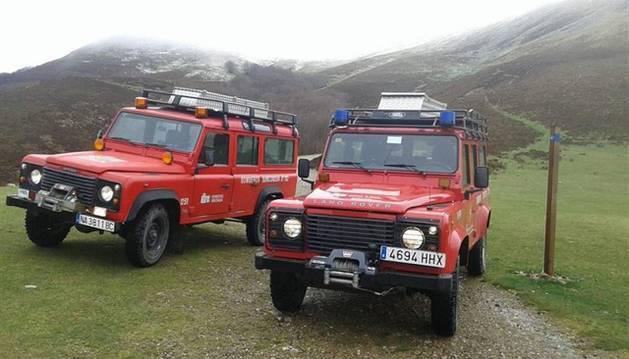 Imagen de dos coches de bomberos que han acudido a rescatar a los peregrinos al refugio.