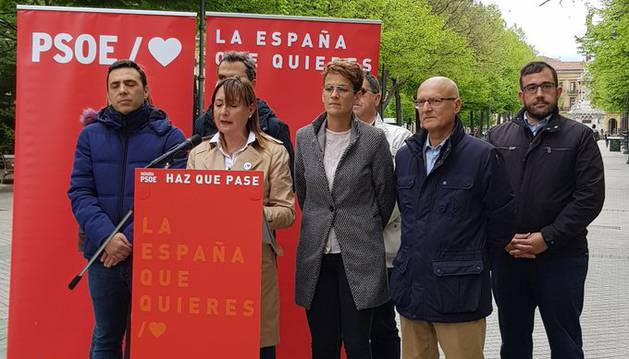 foto de La número dos del PSN al Congreso de los Diputados, Conchi Ruiz, en un acto de campaña en el Paseo Sarasate de Pamplona