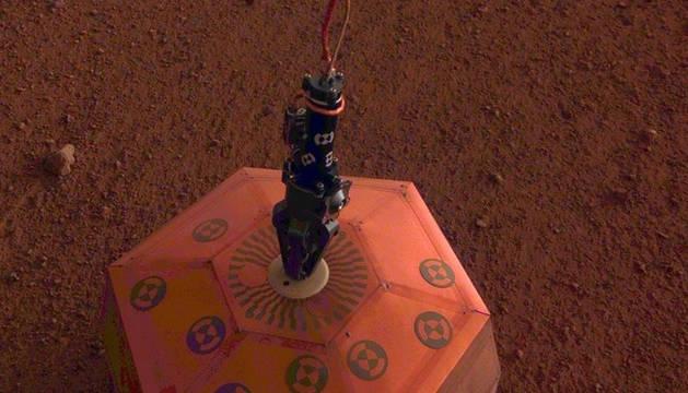 foto de El sismómetro SEIS colocado en el suelo de Marte.