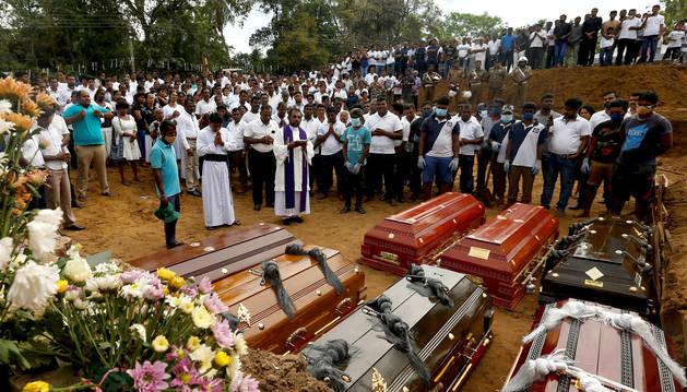 foto de Entierro de varias de las víctimas de los atentados de Sri Lanka
