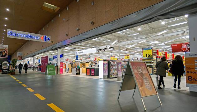 foto de Entrada al hipermercado de Carrefour, en el centro comercial Las Cañas de Viana.