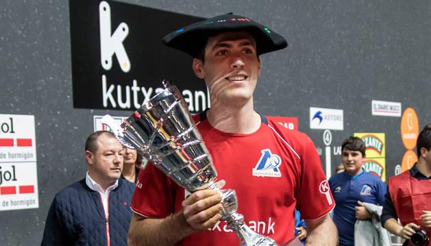 foto de Beñat Rezusta, con la txapela y la copa de campeón de Parejas.