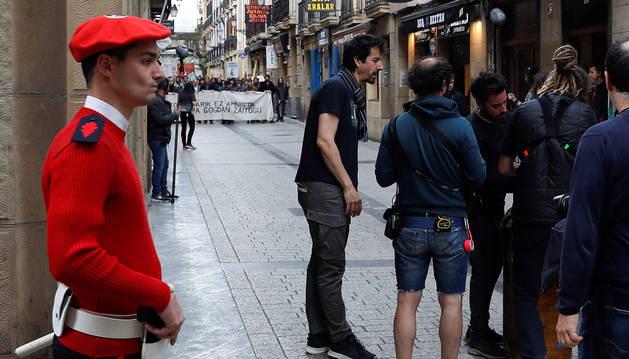 foto de El director Félix Viscarret en San Sebastián durante el rodaje de 'Patria', la serie basada el 'best-seller' de Fernando Aramburu.