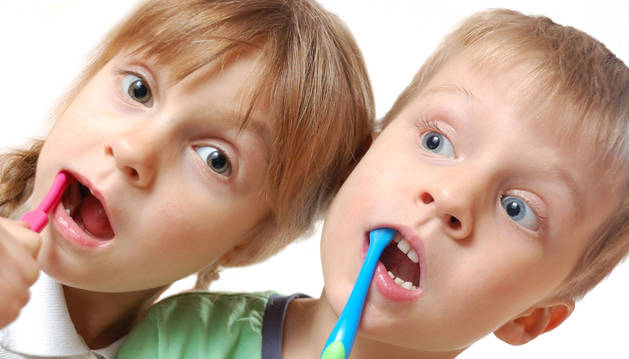 Dos niños durante el cepillado dental.
