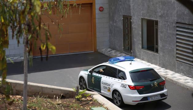 Un coche de la Guardia Civil entra en los juzgados de Arona, en Tenerife, donde ha declarado el presunto autor de la muerte de su mujer y de su hijo en Adeje.