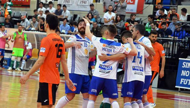 Los jugadores del Futbol Emotion Zaragoza celebran uno de los goles que les dieron la victoria ante el Aspil-Vidal Ribera Navarra.