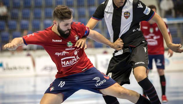 Rafa Usín disputa un balón con Rick, jugador del Levante, en la victoria que logró Osasuna Magna ante el conjunto valenciano.