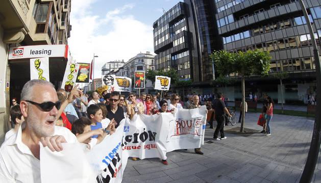 Cabecera de la manifestación convocada por Kontuz en 2013, junto a la antigua sede central de la CAN.