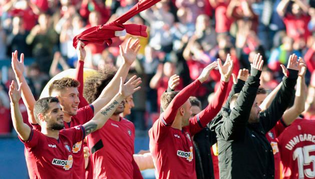Los jugadores de Osasuna celebran el triunfo contra el Albacete con la afición.