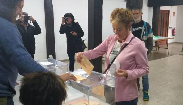 Imagen del Bel Pozueta, candidata de EH Bildu, en el momento en el que deposita su voto en el colegio electoral de Alsasua.