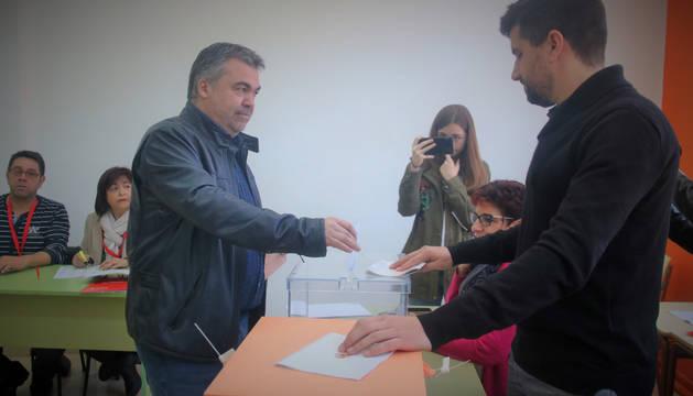 Santos Cerdán, candidato del PSN al Congreso de los Diputados, deposita su voto en el centro electoral de Milagro.