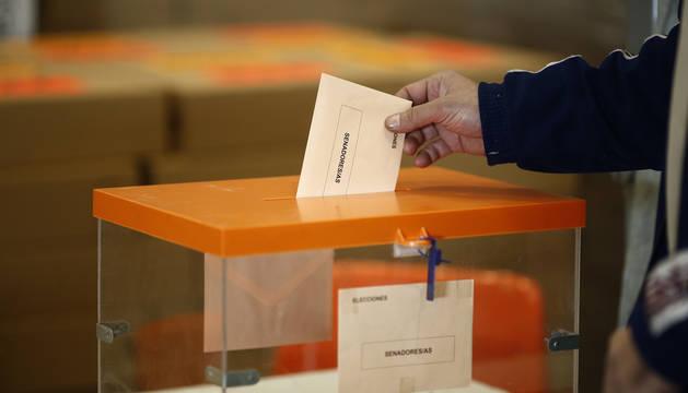 Foto de un hombre depositando su papeleta al Senado en las elecciones del 28 de abril de 2019.