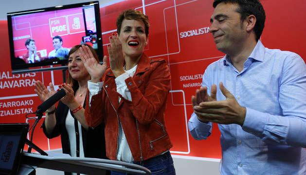 Foto de María Chivite aplaude exultante tras los resultados electorales.