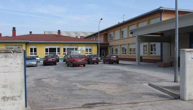 Foto del acceso al colegio público Zelandi, donde el Ayuntamiento prevé una actuación de pintado.