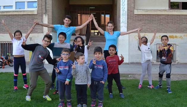 Algunos de los niños de la ludoteca de San Adrián con Aroa Jiménez con Ahmed Yagoubi.