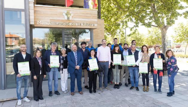 Foto de los representantes de los centros educativos riberos que fueron reconocidos, junto con las autoridades asistentes al acto que tuvo lugar en Tudela.