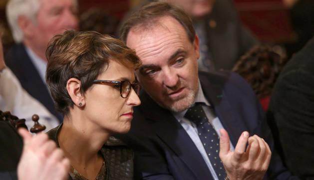 foto de La socialista María Chivite y el candidato de Navarra Suma, Javier Esparza, de UPN, conversando, en una entrega de premios.