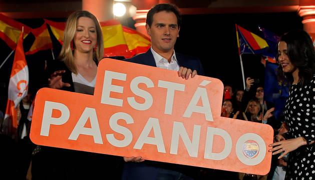 Albert Rivera sostiene un cartel electoral en Valencia.