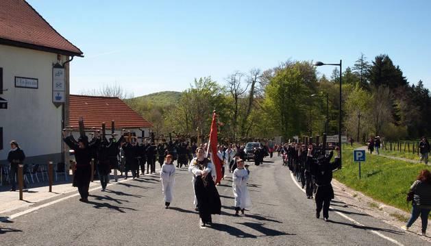 Llegada a Roncesvalles de los romeros del valle de Aezkoa, con una treintena de cruceros, pasadas las once de la mañana de este miércoles.