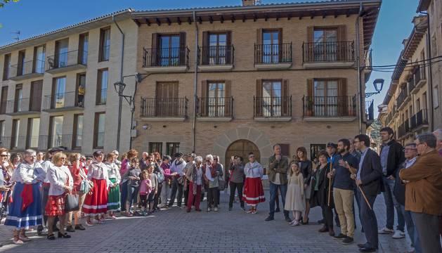 Los alcaldes de Estella y Villatuerta, rodeados de otros corporativos en un acto amenizado por danzaris de Estella.