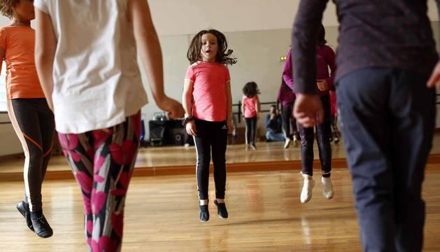 Fotos de los alumnos de la clase de danza tradicional de la Escuela de Música de Alsasua
