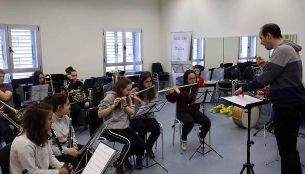 Clases de danza tradicional en la Escuela de Música de Alsasua