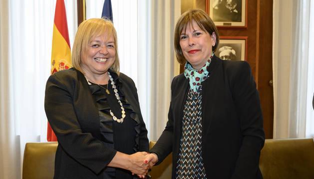 Saludo entre la Presidenta Barkos y la presidenta del CSIC, Rosa Menéndez, tras la firma del acuerdo