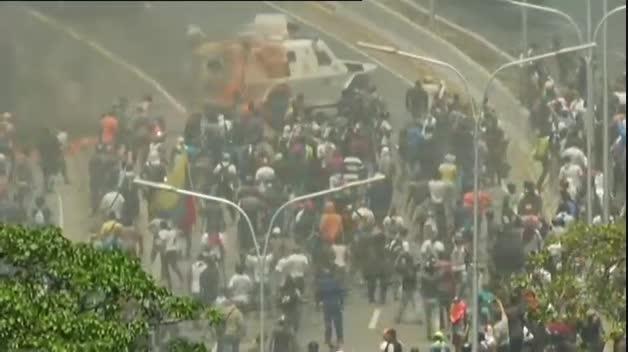 Una tanqueta de Nicolás Maduro atropella a un grupo de civiles opositores