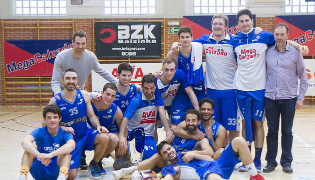 El Megacalzado Ardoi recibió el trofeo de campeón del Grupo A-A de la Liga EBA de manos del escolta profesional, Txemi Urtasun.