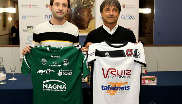 Martino y Arregui intercambiaron las camisetas de sus equipos.