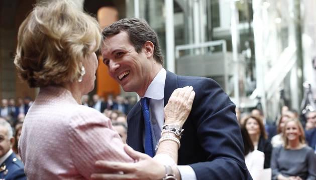 Saludo entre Pablo Casado y Esperanza Aguirre en los actos del Dos de Mayo.
