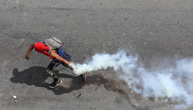 Un manifestante, durante los disturbios provocados por las protestas en contra de Maduro.