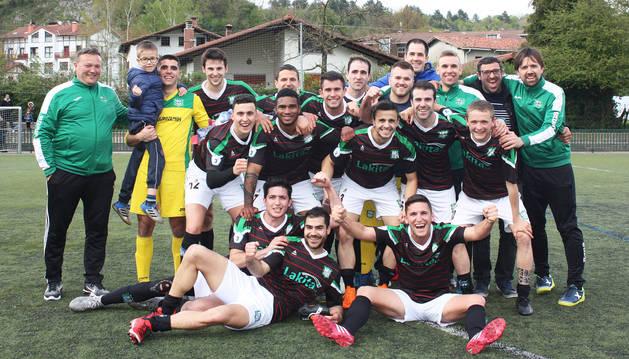 Los integrantes del primer equipo del Beti Kozkor celebrando el billete para los `playoff´ de ascenso a Segunda división B.